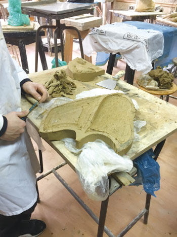 卡塔尼亚美术学院学生在雕刻