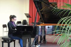墨西拿音乐学院学生在演奏钢琴